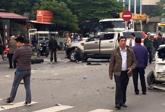 Ford Ranger lộn trên đường sau va chạm liên hoàn, một người tử vong-1