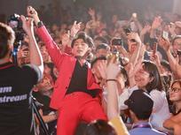 Isaac phá rào, nằm hẳn lên người fan để hát
