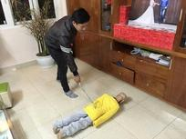Khởi tố, bắt tạm giam người cha và cấm xuất cảnh mẹ kế bạo hành bé trai 10 tuổi