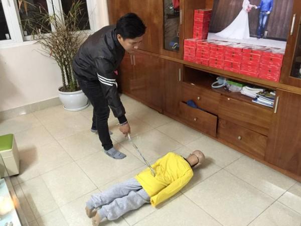 Khởi tố, bắt tạm giam người cha và cấm xuất cảnh mẹ kế bạo hành bé trai 10 tuổi-2