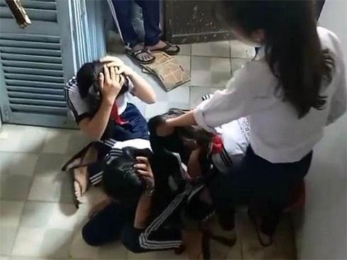 Buộc thôi học hai nữ sinh lớp 9 đánh dã man ba học sinh lớp 7