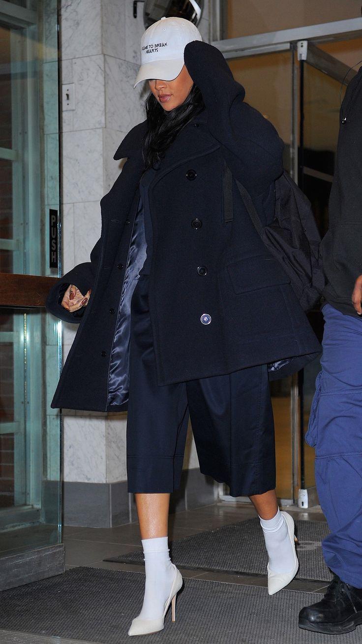 Rihanna gây chú ý với đôi tất giá 30 triệu đồng-5