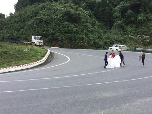 Cô dâu, chú rể liều mạng chụp ảnh cưới giữa đèo Hải Vân