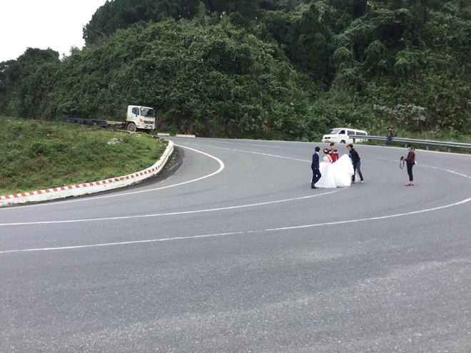 Chụp ảnh giữa đèo Hải Vân, cô dâu chú rể khiến nhiều người thót tim-1