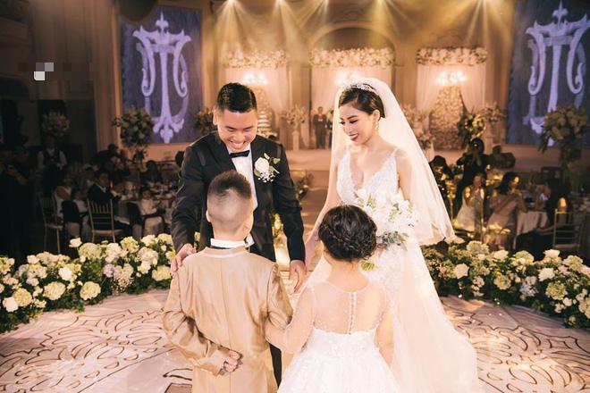 Choáng ngợp đám cưới vạn hoa, cô dâu hạnh phúc trong bộ váy cưới đính 5.000 viên pha lê-4