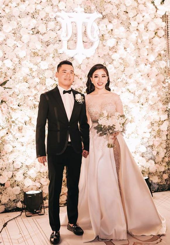 Choáng ngợp đám cưới vạn hoa, cô dâu hạnh phúc trong bộ váy cưới đính 5.000 viên pha lê-5