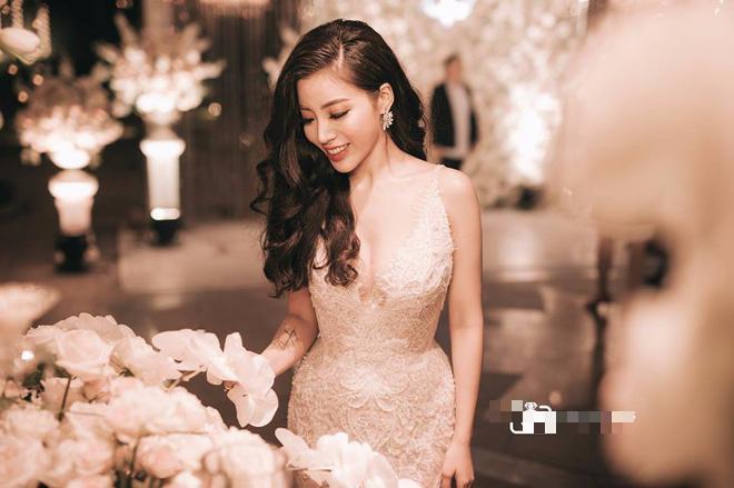 Choáng ngợp đám cưới vạn hoa, cô dâu hạnh phúc trong bộ váy cưới đính 5.000 viên pha lê-6