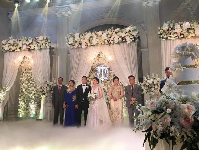 Choáng ngợp đám cưới vạn hoa, cô dâu hạnh phúc trong bộ váy cưới đính 5.000 viên pha lê-7