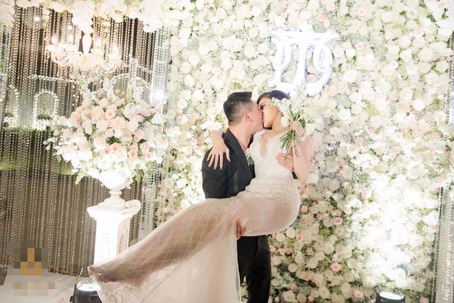 Choáng ngợp đám cưới vạn hoa, cô dâu hạnh phúc trong bộ váy cưới đính 5.000 viên pha lê-8