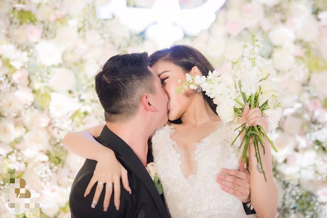 Choáng ngợp đám cưới vạn hoa, cô dâu hạnh phúc trong bộ váy cưới đính 5.000 viên pha lê-9