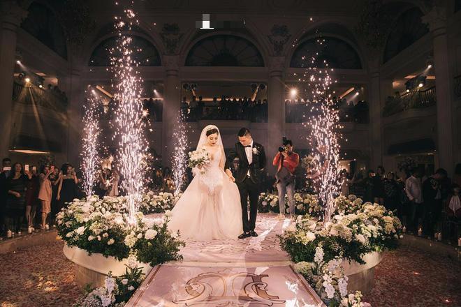 Choáng ngợp đám cưới vạn hoa, cô dâu hạnh phúc trong bộ váy cưới đính 5.000 viên pha lê-10