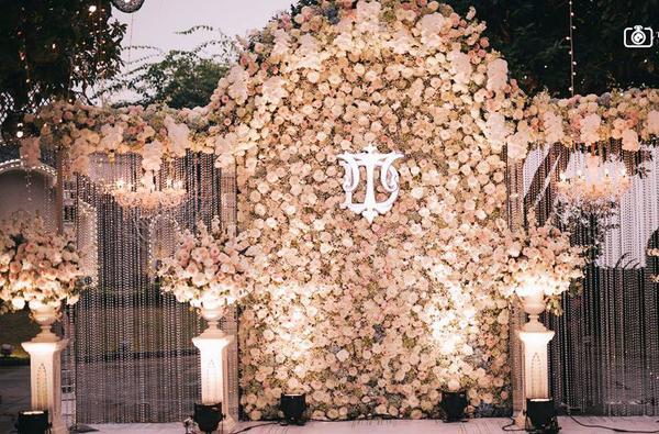 Choáng ngợp đám cưới vạn hoa, cô dâu hạnh phúc trong bộ váy cưới đính 5.000 viên pha lê-1