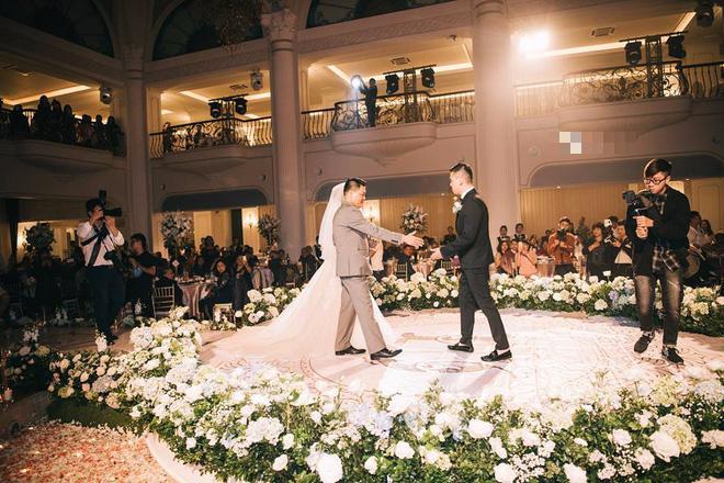 Choáng ngợp đám cưới vạn hoa, cô dâu hạnh phúc trong bộ váy cưới đính 5.000 viên pha lê-12