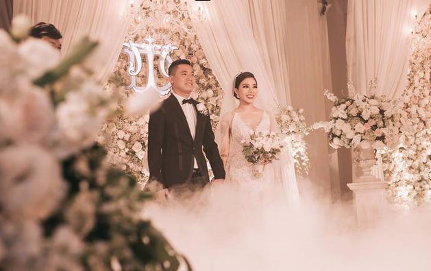 Choáng ngợp đám cưới vạn hoa, cô dâu hạnh phúc trong bộ váy cưới đính 5.000 viên pha lê-13