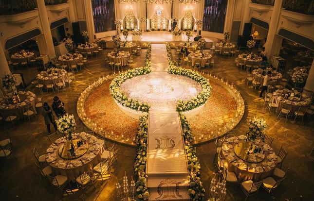 Choáng ngợp đám cưới vạn hoa, cô dâu hạnh phúc trong bộ váy cưới đính 5.000 viên pha lê-2
