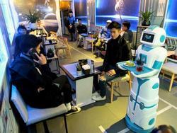 Clip: Tiếp viên robot tự mang cà phê tới tận bàn mời khách ở Hà Nội