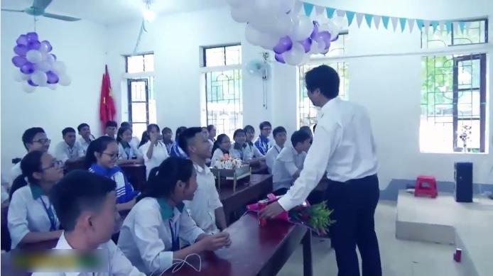 Thầy giáo hạnh phúc nhất năm: Học sinh tổ chức sinh nhật, đồng thanh hát mừng cực tình cảm-1