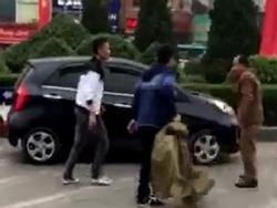 Hai thanh niên đi ôtô đánh tới tấp người lớn tuổi sau va chạm