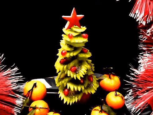 Trang trí hoa quả thành hình cây thông Noel đơn giản mà siêu đẹp, ai nhìn cũng thích