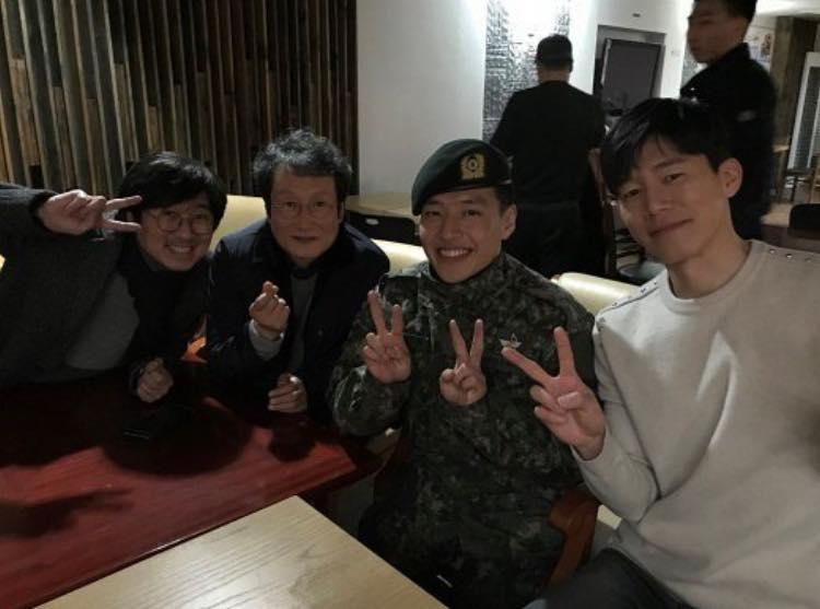 Sao Hàn 14/12: Song Hye Kyo xinh đẹp tuyệt vời trong bức ảnh chụp lén-9
