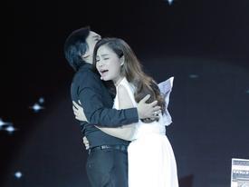 Ngọc Sơn nhiều lần lau nước mắt khi chứng kiến cuộc tình đau thương của Giang Hồng Ngọc