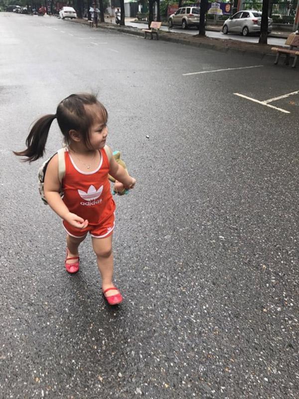 Bé gái 3,5 tuổi đáng yêu hết nấc: giỏi nịnh, thích đánh son và hát Em gái mưa-4