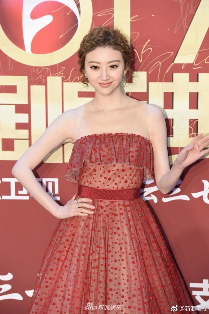 Lâm Y Thần bị chê kém sắc, mỹ nhân phim Kong nổi bật trên thảm đỏ-1