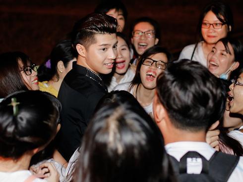 Clip: Hành động bất ngờ của Noo Phước Thịnh đối với fan chạy xe máy 140km chỉ để tặng hoa