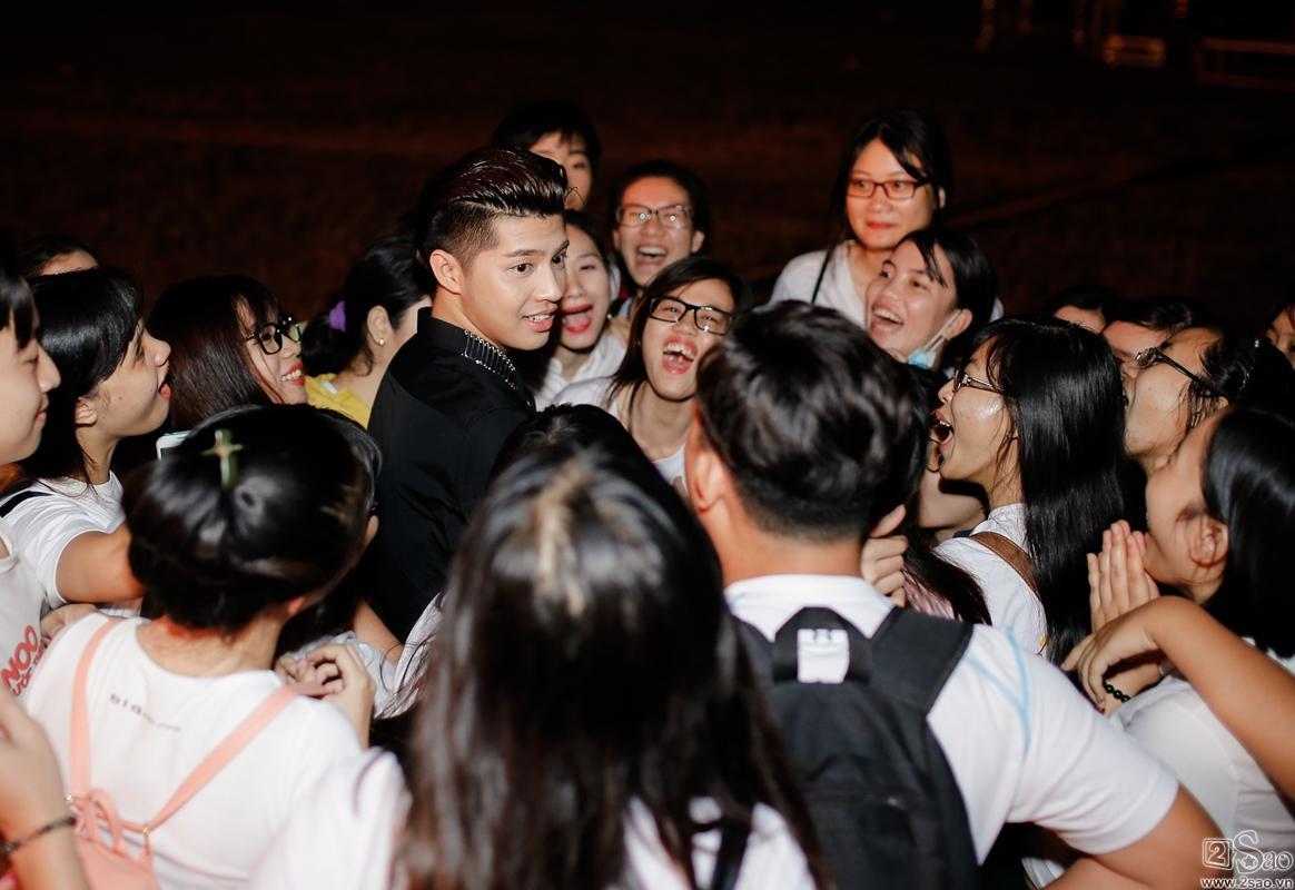 Clip: Hành động bất ngờ của Noo Phước Thịnh đối với fan chạy xe máy 140km chỉ để tặng hoa-1