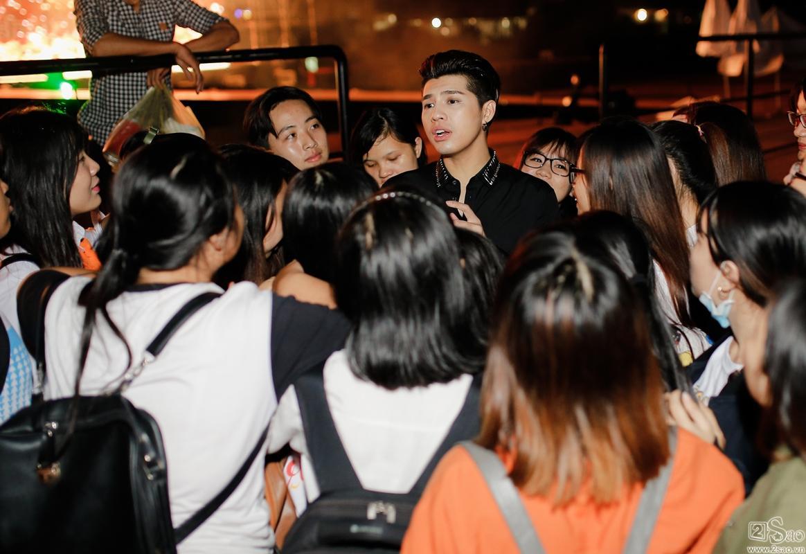 Clip: Hành động bất ngờ của Noo Phước Thịnh đối với fan chạy xe máy 140km chỉ để tặng hoa-2