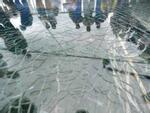 Thanh niên 'thất kinh' khi cầu kính bị nứt toác