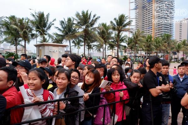 Ký tặng album giữa trời rét mưa gió, Mỹ Tâm liên tục hỏi fan có lạnh không-2