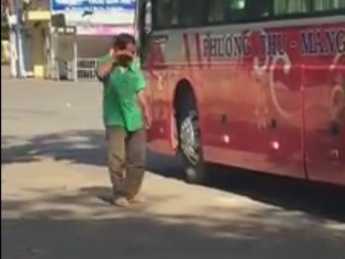 Rơi nước mắt trước hình ảnh người cha nghèo khóc nghẹn, tiễn con đi học xa nhà