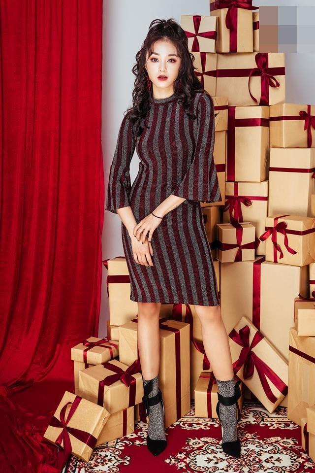 Chưa đến Noel nhưng dàn hot-face Việt đã xúng xính váy áo rực rỡ trong street style tuần này rồi!-1