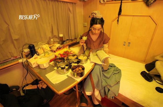 Bữa ăn tạm bợ trên phim trường của sao hạng A Trung Quốc-4