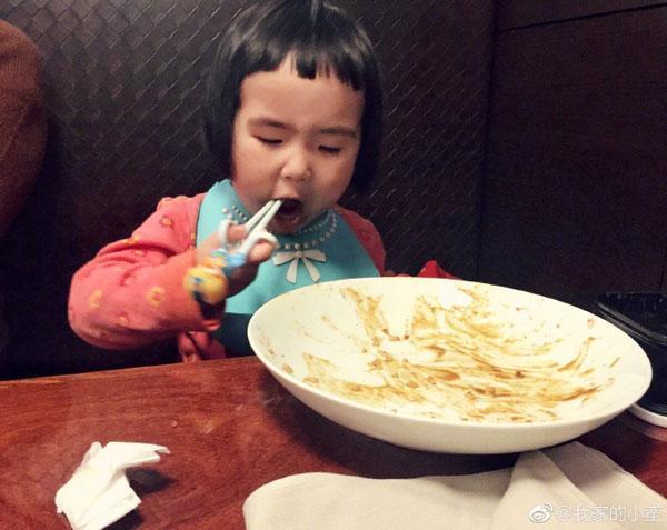 Bé gái thánh ăn Trung Quốc bất ngờ tái xuất với trình ăn uống không đối thủ-5