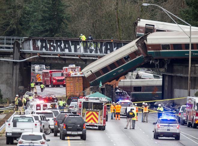 Mỹ: Tàu Amtrak trật đường ray, treo lơ lửng trên cao tốc, 6 người chết-1