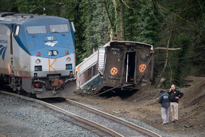 Mỹ: Tàu Amtrak trật đường ray, treo lơ lửng trên cao tốc, 6 người chết-3