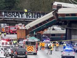 Mỹ: Tàu Amtrak trật đường ray, treo lơ lửng trên cao tốc, 6 người chết