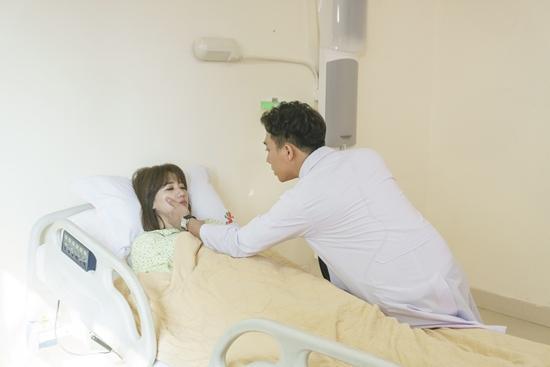 Trấn Thành ân cần chăm sóc Hari Won bên giường bệnh-6