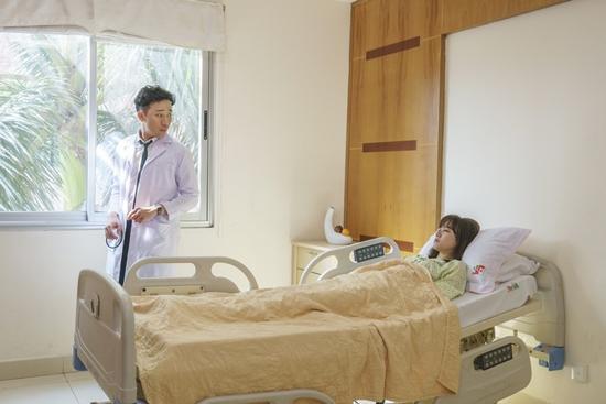 Trấn Thành ân cần chăm sóc Hari Won bên giường bệnh-5