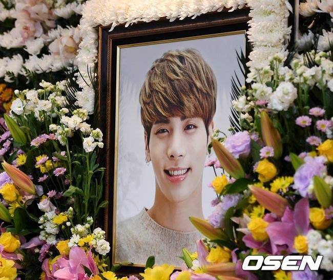 Những gương mặt thất thần của BTS, SNSD, BoA khi đến tang lễ SHINee Jonghyun-1