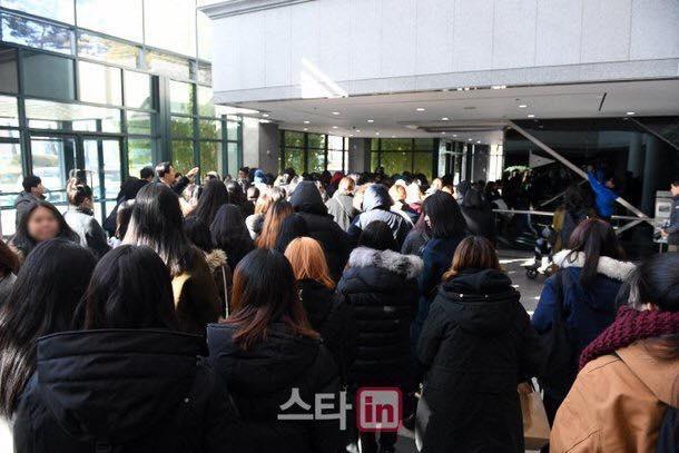 Những gương mặt thất thần của BTS, SNSD, BoA khi đến tang lễ SHINee Jonghyun-3