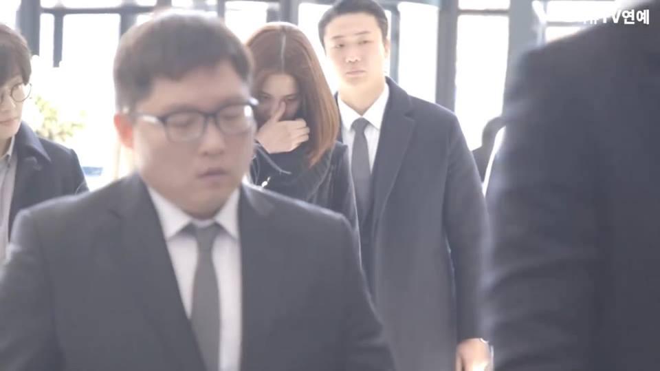 Những gương mặt thất thần của BTS, SNSD, BoA khi đến tang lễ SHINee Jonghyun-9