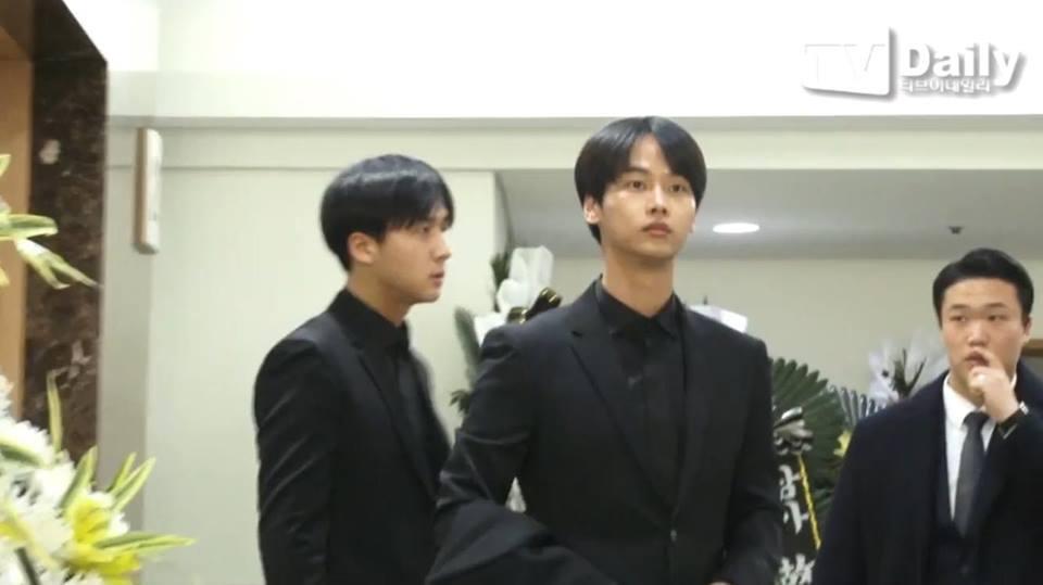 Những gương mặt thất thần của BTS, SNSD, BoA khi đến tang lễ SHINee Jonghyun-12