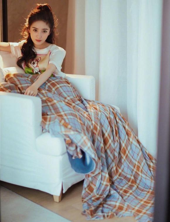 Trời lạnh, Dương Mịch mặc váy như quấn chăn trên thảm đỏ-2