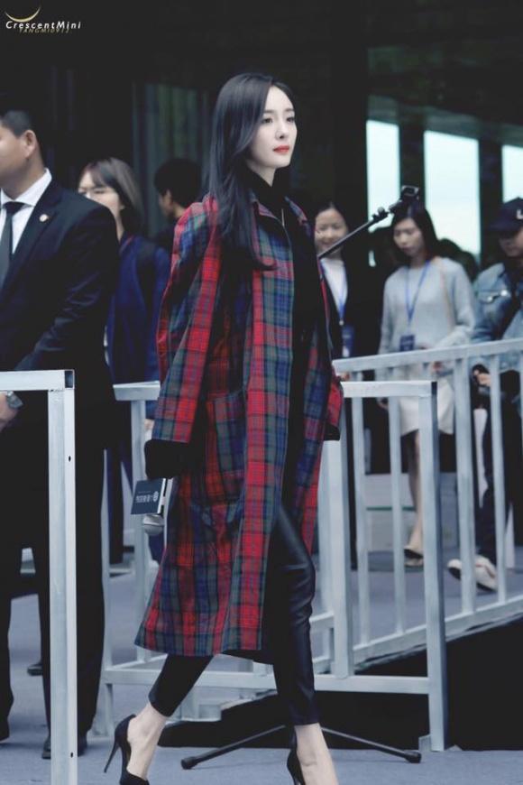 Trời lạnh, Dương Mịch mặc váy như quấn chăn trên thảm đỏ-5