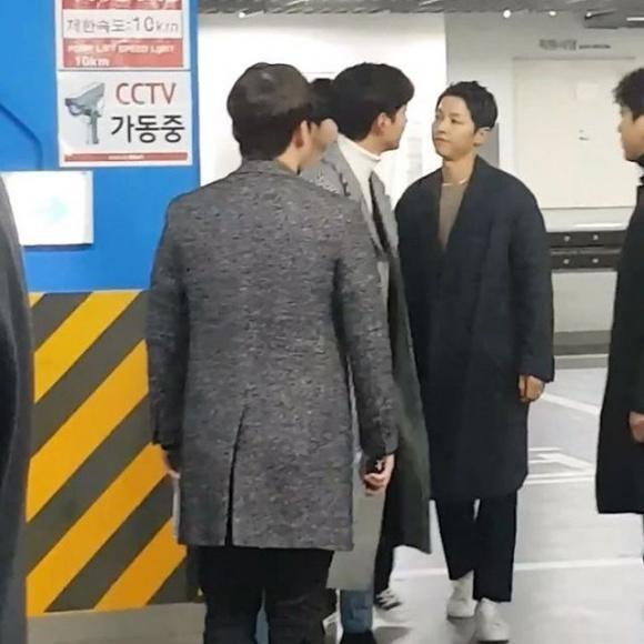 Bắt gặp Song Joong Ki trốn Song Hye Kyo đi xem phim với người tình màn ảnh Park Bo Young-1
