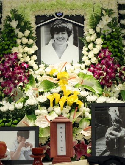 Trước SHINee Jonghyun, showbiz thế giới từng chứng kiến nhiều nghệ sĩ tự kết liễu cuộc đời vì trầm cảm-7