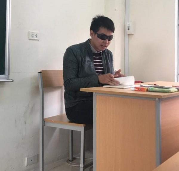 Thầy giáo trẻ thường đeo kính râm trong các giờ kiểm tra-1